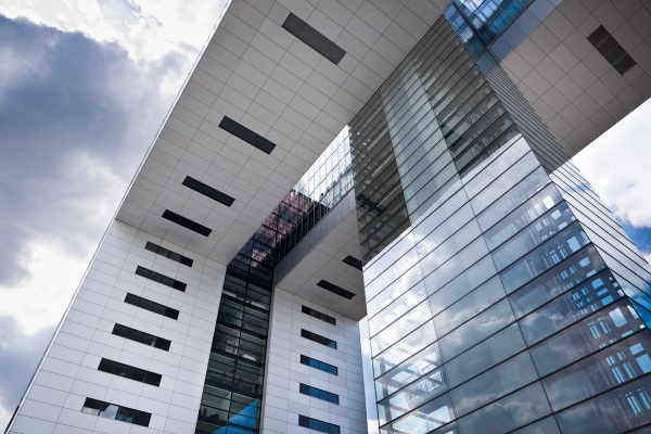 An image of an L-shaped building with a glass lift shaft in Cologne's Rheinauhafen docks without forced HDR